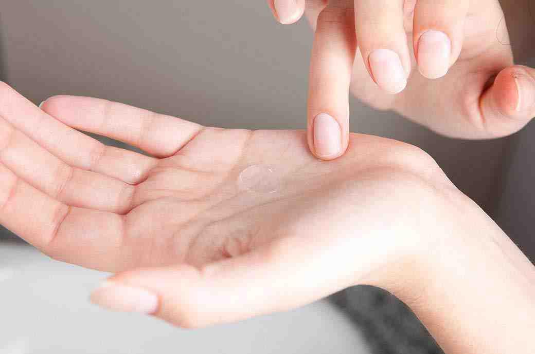Kontaktlinse auf der Handfläche.
