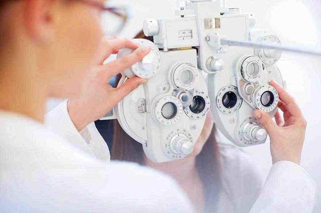 Eine junge Frau bei der Augenuntersuchung beim Kontaktlinsenspezialisten.
