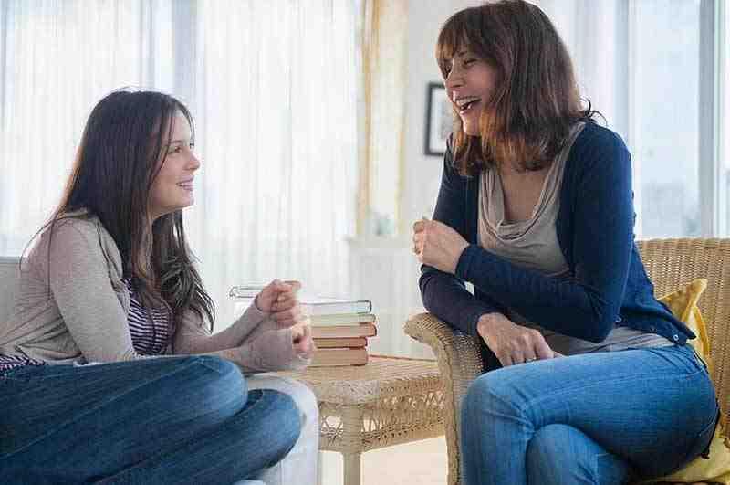 Teenager spricht mit ihrer Mutter.