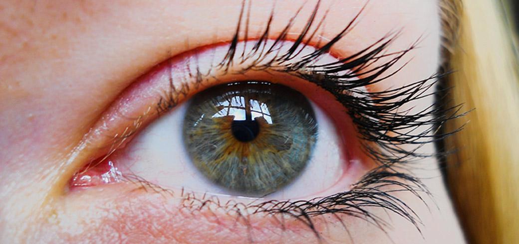 Nachaufnahme des Auges einer Frau