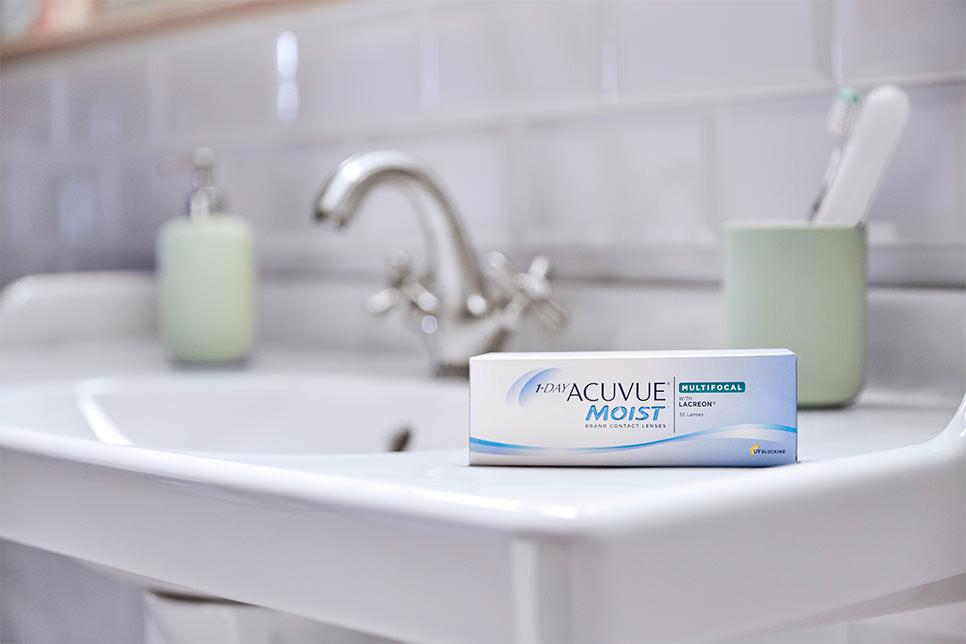 Abbildung der 1-DAY ACUVUE® MOIST MULTIFOCAL Kontaktlinsen im Badezimmer
